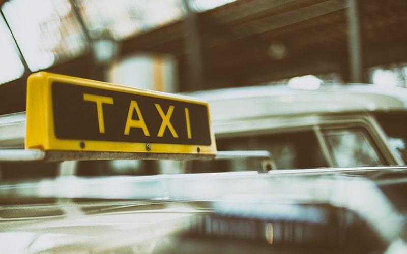タクシーのメーターは何メートルで上がる?信号待ちや渋滞の時はどうなるの?